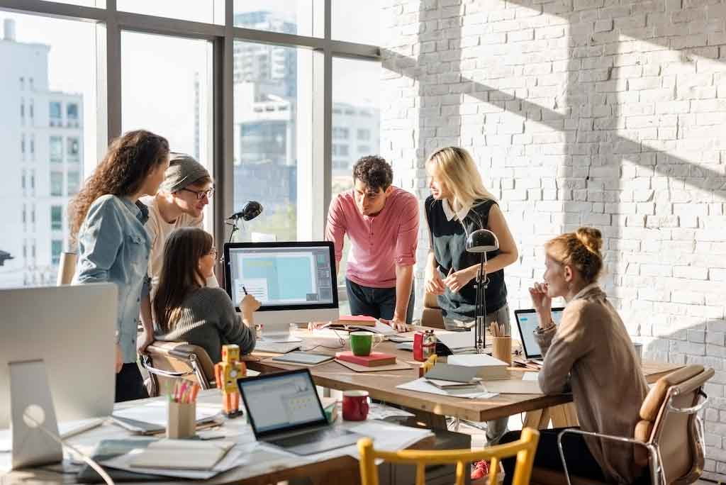 strategi pemasaran online - teamwork discussion meeting brainstorming start P59ACVM - Strategi Pemasaran Online untuk Bisnis