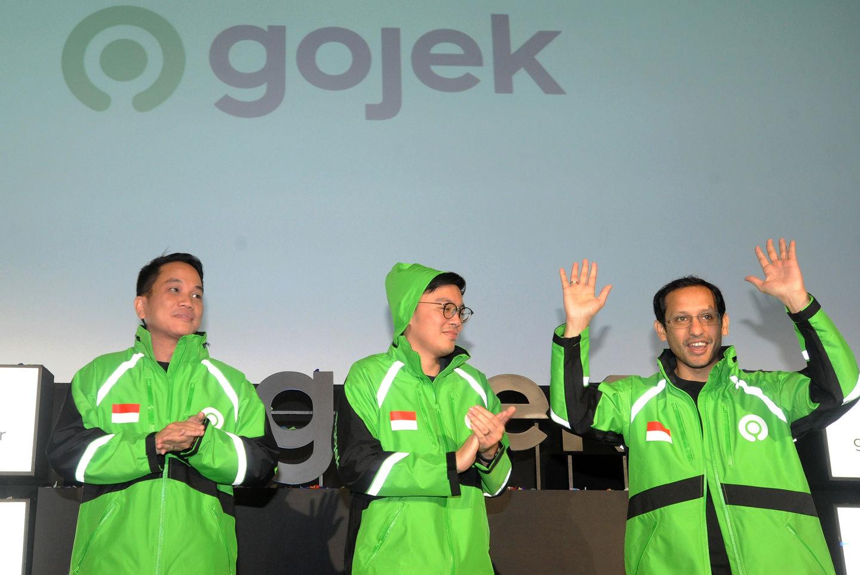 Pendiri dan CEO Grup Gojek Nadiem Makarim (kanan) bersama Co-Founder Kevin Aluwi (tengah) dan Presiden Grup Gojek Andre Soelistyo (kiri) meresmikan logo baru perusahaan di kantor pusat Gojek, Jakarta, Senin (22/7/2019). | Audy Alwi /Antara Foto cara memulai jualan online - img 5d38417d13291 - Cara Memulai Jualan Online