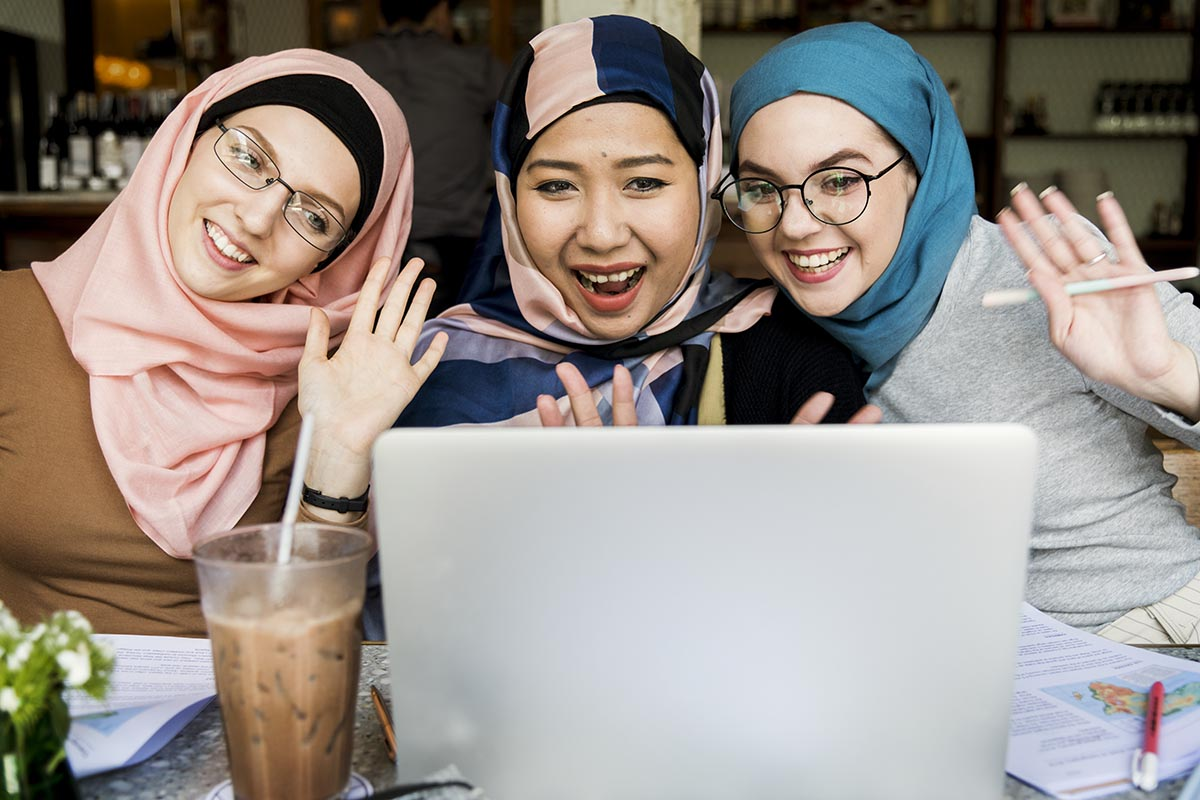 paket internet unlimited pandemi - islamic women friends using laptop for video call 4A6J8HU - Cara Memilih Paket Internet Unlimited Kala Pandemi