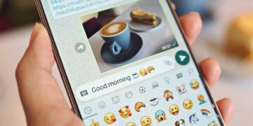 wa web, whatsapp, wa, wa webb, wa tante mengaktifkan fitur dark mode di whatsapp - women using whatsapp on smartphone typing good morning on the screen t20 pROlb1 360x180 - Cara Mengaktifkan Fitur Dark Mode di Whatsapp