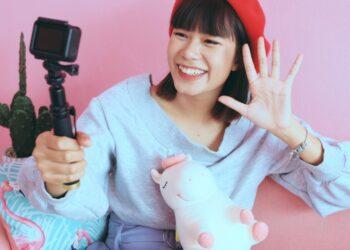 vlog membuat watermark - young asian woman vlogger in pastel cafe t20 nRLXlA 350x250 - 7 Aplikasi Membuat Watermark di Foto Terbaik 2021