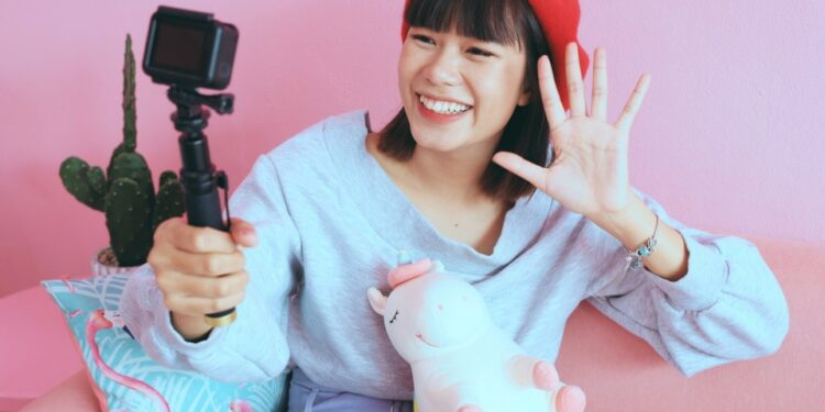 vlog action camera terbaik - young asian woman vlogger in pastel cafe t20 nRLXlA 750x375 - 7 Action Camera Terbaik dengan Kualitas Bagus 2021