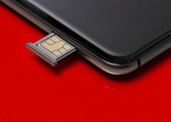halodoc - close up of a smart phone and sim card on red background t20 QKZ1Kb 350x250 - Halodoc Masuk dalam Daftar 150 Digital Health Paling Menjanjikan Dunia
