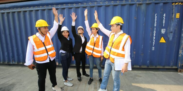 Cara Menjadi Eksportir Pemula yang Sukses - logistic workers of transportation company working in cargo container unloading site industry area t20 A96xOW 750x375 - Cara Menjadi Eksportir Pemula yang Sukses