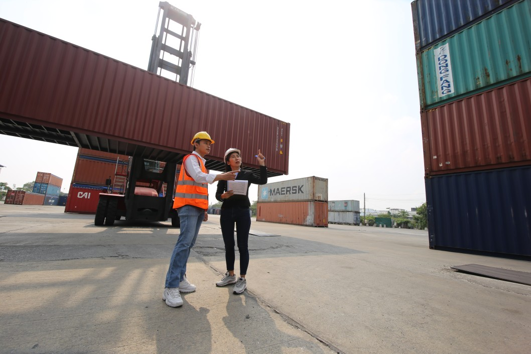 tips menjadi eksportir - logistic workers of transportation company working in cargo container unloading site industry area t20 drOden - 10 Tips Menjadi Eksportir Sukses