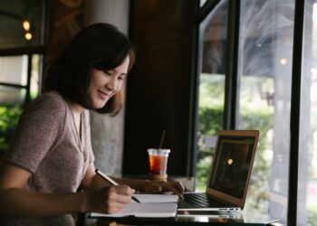 bisnis - young business woman in casual dress sitting at table in cafe and writing in notebook t20 lRkA2b 350x250 - Teknologi Digital dan Bisnis di Era Revolusi Industri 4.0