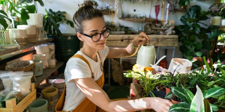 jenis usaha sampingan yang meraup keuntungan besar - botany can care cozy female flora floral florist flower flower shop flowerpot freelancer fresh garden t20 b66jJP 750x375 - 4 Jenis Usaha Sampingan yang Meraup Keuntungan Besar