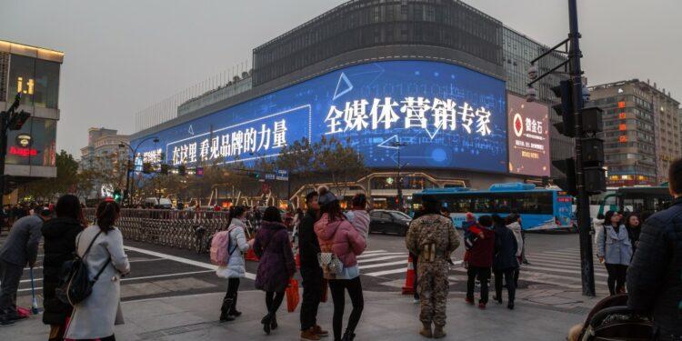 pemasaran produk ke tiongkok - intersection in hangzhou crosswalk urban life lifestyle traffic road evening asia t20 roOrYo 750x375 - Tips Marketing dan Pemasaran Produk ke Tiongkok