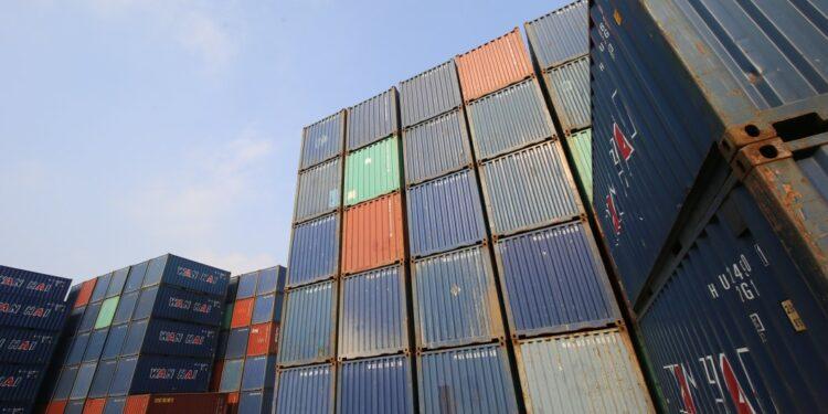 ekspor ekspor asia tengah - shipping container site loading in logistic port warehouse storage for export and import business t20 ynAOEO 750x375 - Potensi Pasar Ekspor Indonesia di Kawasan Asia Tengah